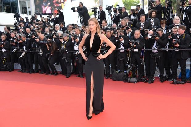 Doutzen Kroes na abertura do Festival de Cannes (Foto: AFP)