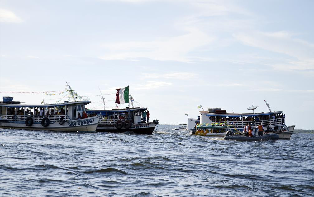 Cortejo da imagem de São Pedro nas águas do Rio Tapajós (Foto: Geovane Brito/G1)