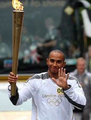 Lewis Hamilton carrega tocha olímpica (Foto: AP)