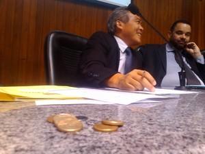 Manifestantes jogaram moedas durante sessão desta quarta (17), em Mogi. (Foto: Jamile Santana/G1)