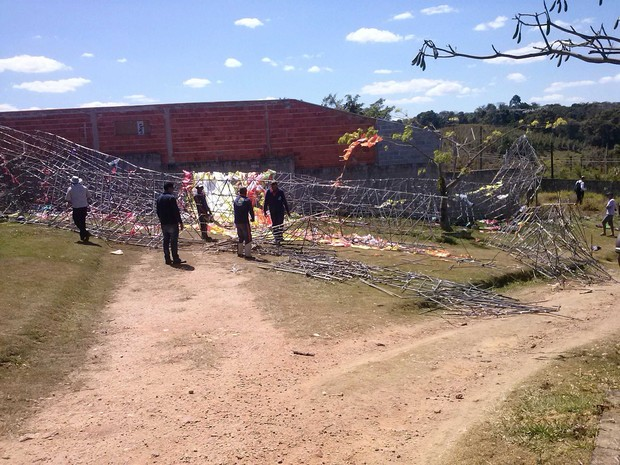 Um caminhão foi usado para retirar o balão e a estrutura de ferro da tocha (Foto: Edinho/Tem Você)