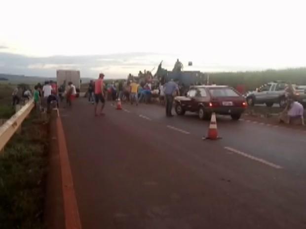 Carga avaliada em R$ 400 mil foi levada por motoristas após acidente (Foto: Fábio Reis/Divulgação)