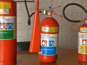Extintores foram apreendidos pelos fiscais da prefeitura (Foto: Reprodução / TV TEM)