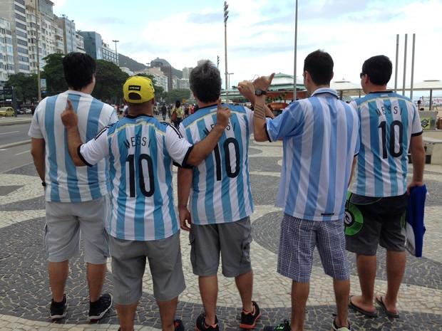 Amigos argentinos na orla de Copacabana (Foto: Káthia Mello/G1)