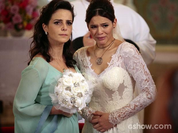 Helena fica arrasada no altar (Foto: Pedro Curi / TV Globo)