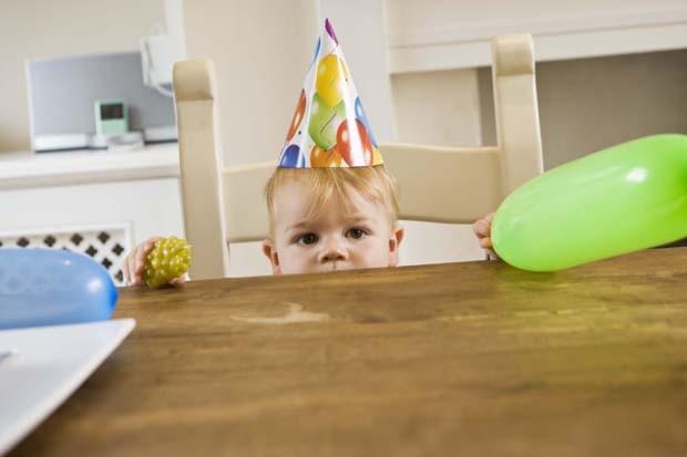 Criança com chapéu de aniversário (Foto: Thinkstock)