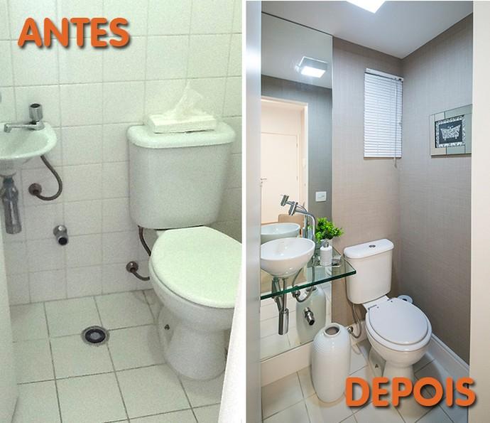 Antes e depois: banheiro ganhou papel de parede e espelho para dar amplitude (Foto: Divulgação)