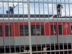 Internauta flagrou duas vezes os trens da CPTM sendo lavado em Jundoapeba (Foto: Erik Massahiro Tsuda/VC no G1)