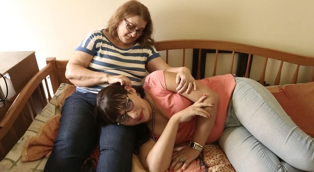 Maria das Graças não dispensa cuidados à filha, a advogada Maria Eduarda Aguiar. (Foto: Marcos Serra Lima/G1)