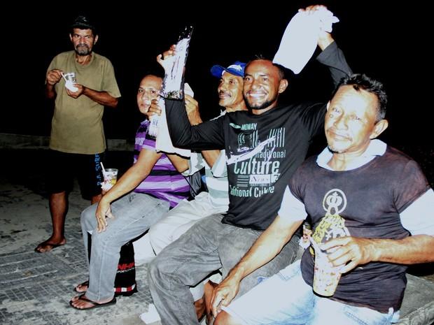 Moradores de rua aproveitam a refeição (Foto: Marcos Dantas/G1 AM)