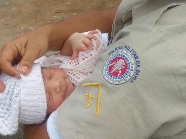 Bebê recém-nascido foi encontrado por policiais militares em Jequié (Foto: Divulgação / PM)