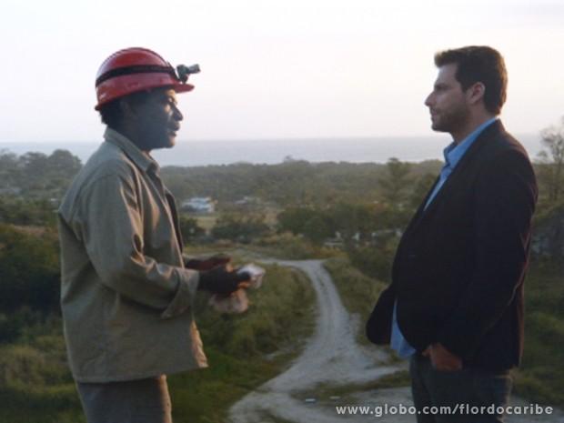 Encurralado, Silvestre abre o jogo e conta tudo para Cassiano (Foto: Flor do Caribe/TV Globo)