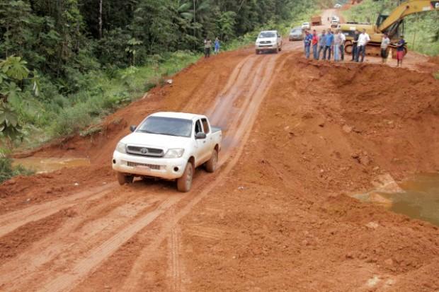 Trecho foi aterrado para liberar trânsito de veículos leves, em Oiapoque, no Amapá (Foto: Irineu Ribeiro/Agência Amapá)