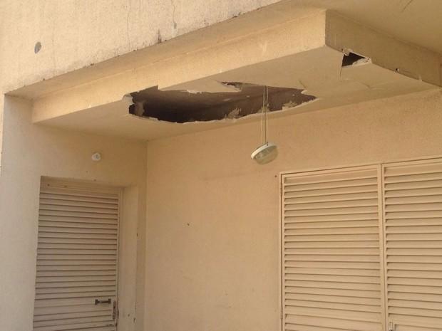 Condomínio que fica em frente à sede da Protege foi atingido pelos tiros (Foto: Glauco Araújo/G1)