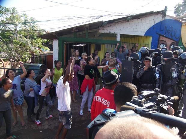 Moradores protestaram contra ação dos policiais (Foto: João Laud/RBS TV)