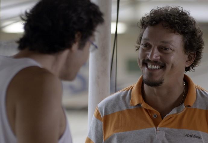 Oziel se anima com plano para pôr um fim no seu relacionamento com Tina (Foto: TV Globo)