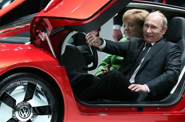 Putin e Merkel posam dentro de um carro durante a feira em Hanover (Foto: Ronny Hartmann/AFP)
