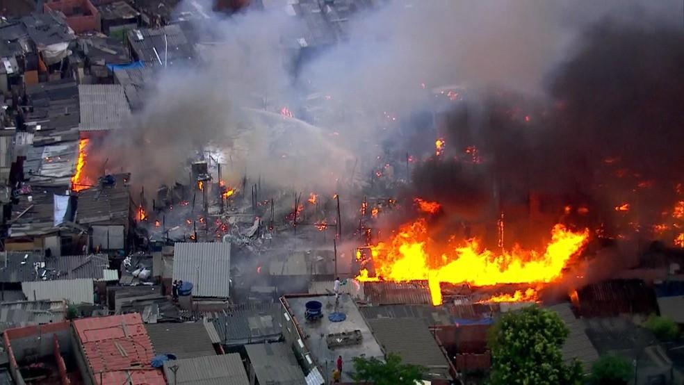 Incêndio toma conta de favela na Zona Leste de São Paulo (Foto: Reprodução/TV Globo)