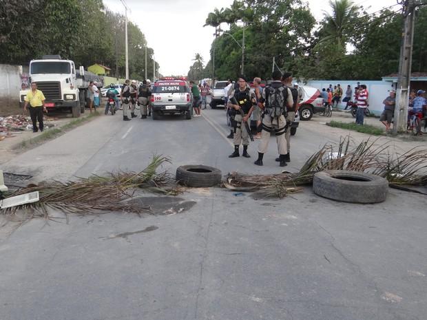 Moradores de Rio Largo fazem protesto contra acidentes na região (Foto: Níveo Dorta/G1)