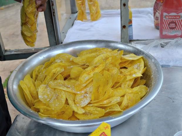 Banana salgada é vendida a R$ 2,50 no Centro de Rio Branco (Foto: Quésia Melo/G1)