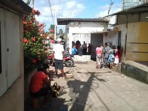 Familiares de presos aguardam notícias na porta do Complexo de Pedrinhas (Foto: Domingos Ribeiro/Mirante AM)