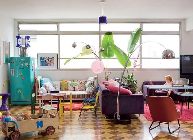 Vale tudo na sala da artista plástica Lulu. Da geladeira antiga azul aos brinquedos da filha Philippine Ipanema, qualquer peça pode virar decoração (Foto: Marcos Antonio/Casa e Jardim)