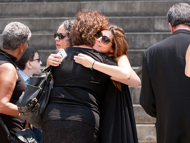 Jamie Lynn Sigler, que interpretou Meadow Soprano, se emociona durante funeral de James Gandolfini (Foto: D Dipasupil/Getty Images/AFP )