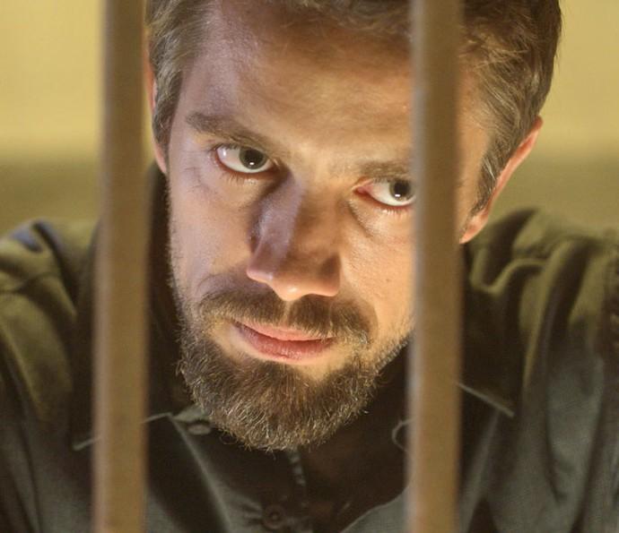 Será que ele vai conseguir sair de trás das grades? (Foto: TV Globo)