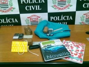 Drogas apreendidas com as mulheres na pousada (Foto: Divulgação/Dise Taubaté)
