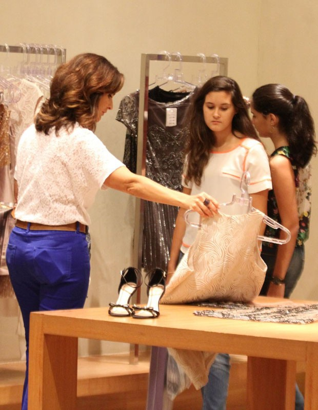 Fátima Bernades em loja coma s gêmeas Laura e Beatriz (Foto: Henrique Oliveira/AgNews)