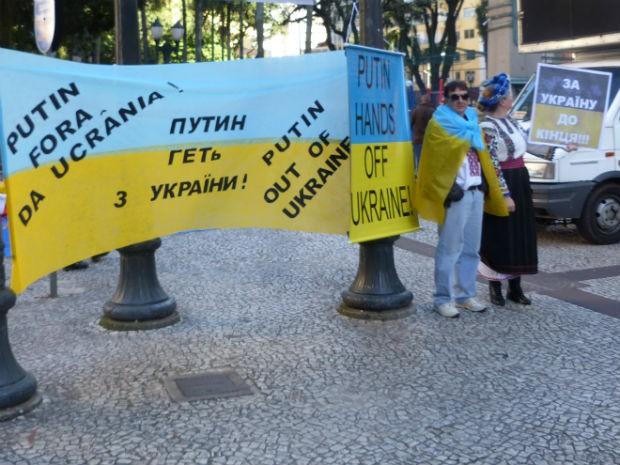 Comunidade ucraniana levou cartazes contra o presidente russo, Vladimir Putin (Foto: Fernando Castro/G1)