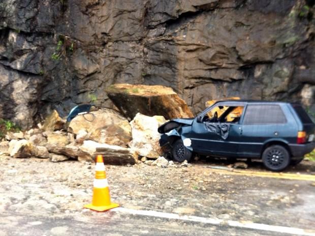Pedras deslizaram e atingiram carro na BR-101, em Angra dos Reis (Foto: Jonatas Araújo Telles/Arquivo pessoal)