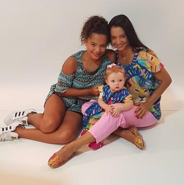 Mônica Carvalho e as duas filhas (Foto: Reprodução / Instagram)