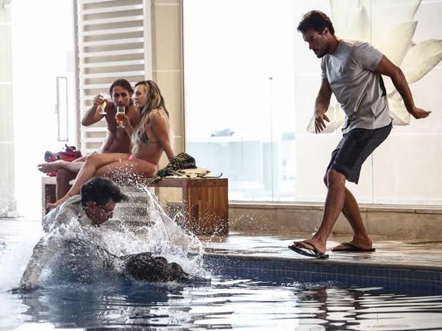 Enrico joga Téo na piscina (Foto: Fábio Rocha / Gshow)