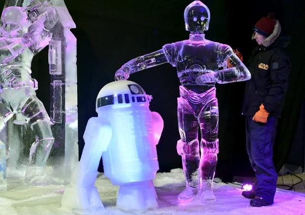 Canadense Yuri Nazarkin criou esculturas dos robôs C-3PO e R2-D2 (Foto: Eric Vidal/Reuters)
