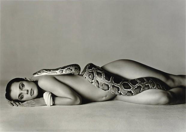 Nastassia Kinski e a foto original da cobra  (Foto: Reprodução/Vogue)