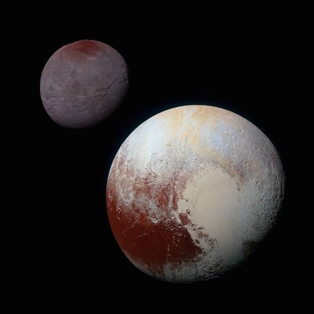 Montagem feita pla nasa mostra Plutão (dir.) com lua Caronte ao fundo  (Foto: NASA/JHUAPL/SwRI)