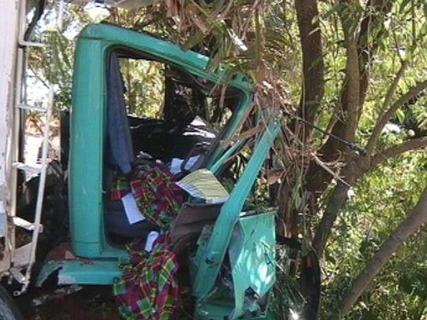 Cabine do caminhão também ficou destruída (Foto: Reprodução TV TEM)