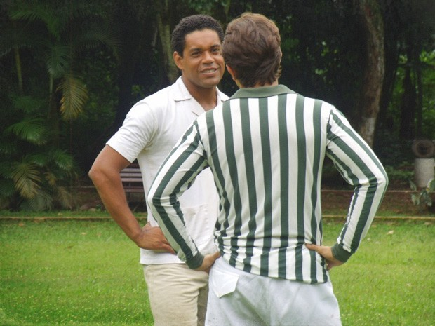 Chico recebe convite para treinar com Albertinho (Foto: Lado a Lado/TV Globo)