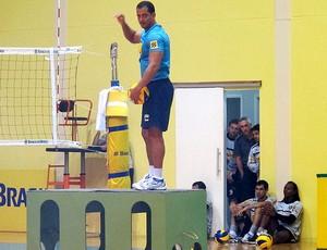 jogadores do Botafogo observam treino de vôlei (Foto: Thales Soares / Globoesporte.com)