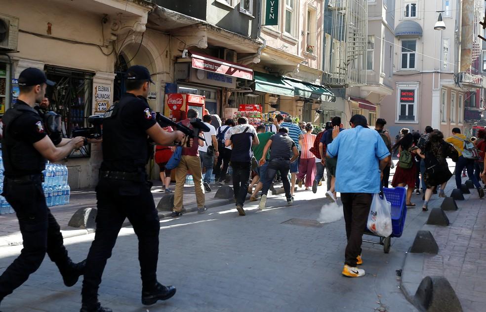Polícia turca dispara balas de borracha contra pessoas que tentavam se reunir para a Parada do Orgulho Gay em Instambul, Turquia (Foto: Murad Sezer/REUTERS)