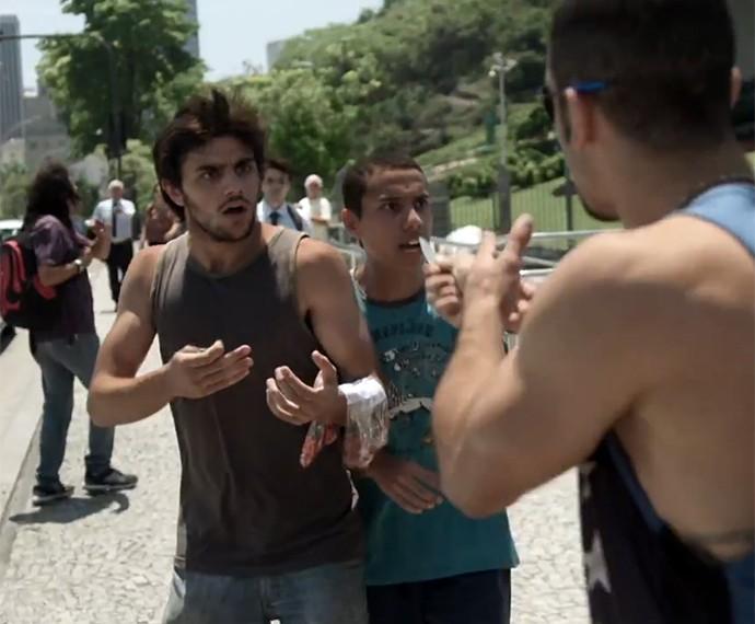 Jonatas, personagem de Felipe Simas, passa perrengue nas ruas da cidade maravilhosa (Foto: TV Globo)