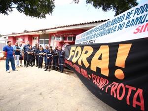 Servidores do Samu protestam contra gestão do órgão (Foto: Jonathan Lins/G1)