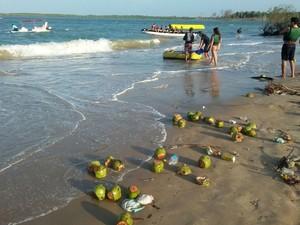 Sujeira toma conta de praia no Litoral do Piauí, após Carnaval (Foto: Ellyo Teixeira/G1)