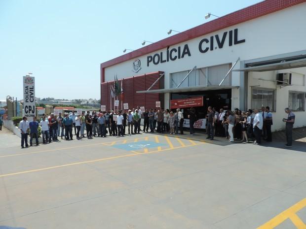 Policiais deixaram seus postos na Central de Polícia Judiciária (CPJ), em Presidente Prudente, em protesto por novas contratações (Foto: Valmir Custódio/G1)