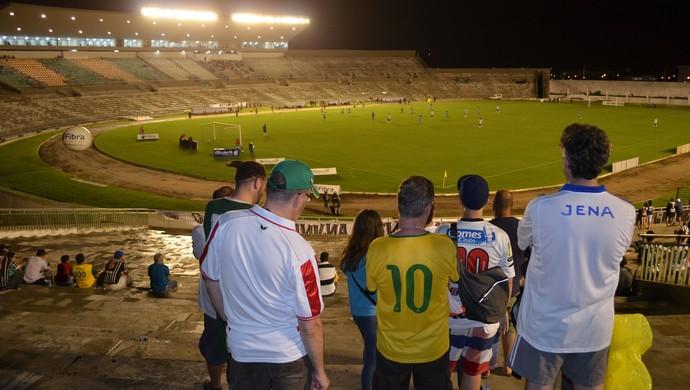 Alemães assistem partida do Botafogo no Almeidão (Foto: Hévilla Wanderley / GloboEsporte.com/pb)