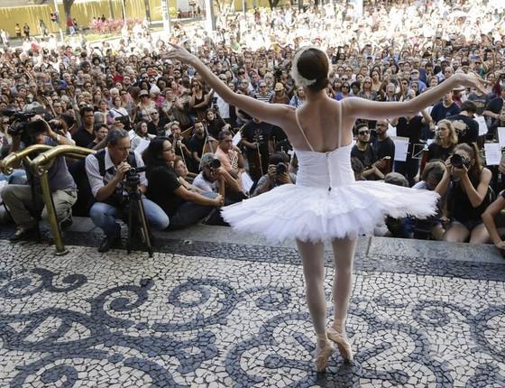 Bailarina se apresenta nas escadarias do Municipal no protesto feito por artistas e funcionários do teatro  (Foto: Agência O Globo)