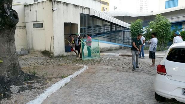 Acidente aconteceu na manhã desta sexta-feira no Marista. Eletricista morreu dentro da sala onde fica o quadro de distribuição de energia do colégio       (Foto: Marksuel Figueredo/Inter TV Cabugi)