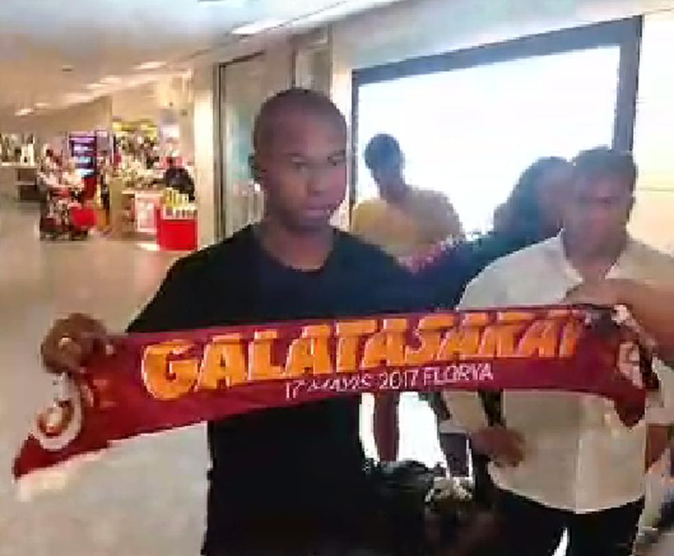Mariano desembarcando no aeroporto de Istambul (Foto: Reprodução)