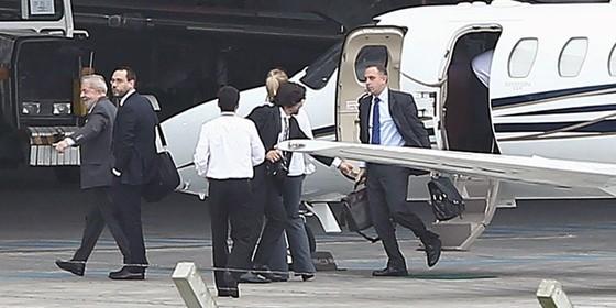 Lula chega a Curitiba para depoimento a Sergio Moro. (Foto: HEULER ANDREY / AFP)